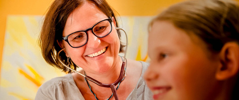 Heilpraktiker Kraus Forchheim - homöopathische Praxis - Untersuchung Kind